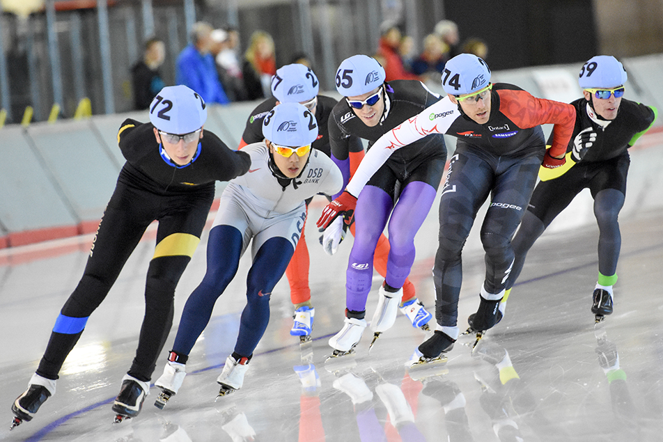 Crowded Corner: The long distance mens mass start event gets underway during the 2015 Fall Classic long track speed skating event at the U of C Olympic Oval in Calgary on Sunday, Sept. 27, 2015. The three-day speed skating event hosts 17 races, and features competitors from all over the world. (Photo by Andy Maxwell Mawji/The Press)