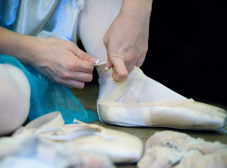 Shoes on Pointe: Sydney Moncrieff ties her pointe shoes before beginning a dress rehearsal at Absolute Dance in the Dalhousie area in Calgary on Friday, Nov. 27, 2015. Moncrieff plays the character Elsa in the ballet production of Frozen. (Photo by Brooke Hovey/The Press)